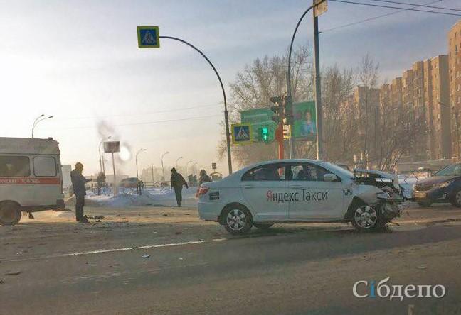 В Кемерове при ДТП с участием такси пострадала женщина