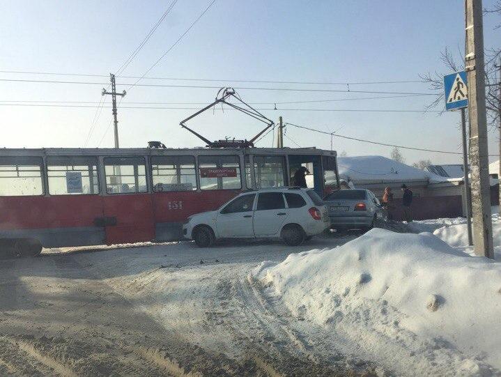 Трамвай, Lada и BMW: опубликованы фото последствий тройного ДТП в Кемерове