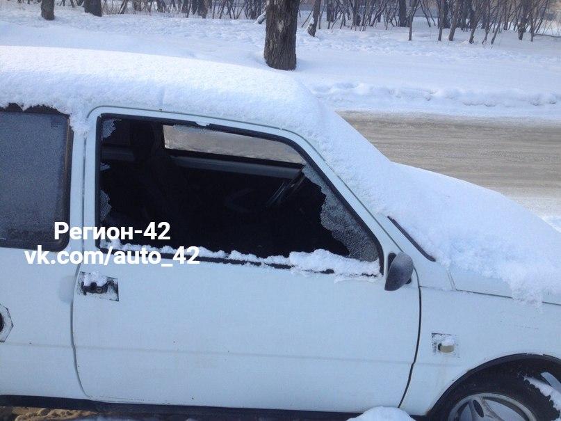 В Кемерове на Базовой неизвестные разбили окна трёх автомобилей