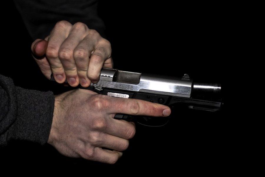 Новокузнечанин бросил в киоск бутылку с горючей жидкостью и обстрелял продавца из пистолета