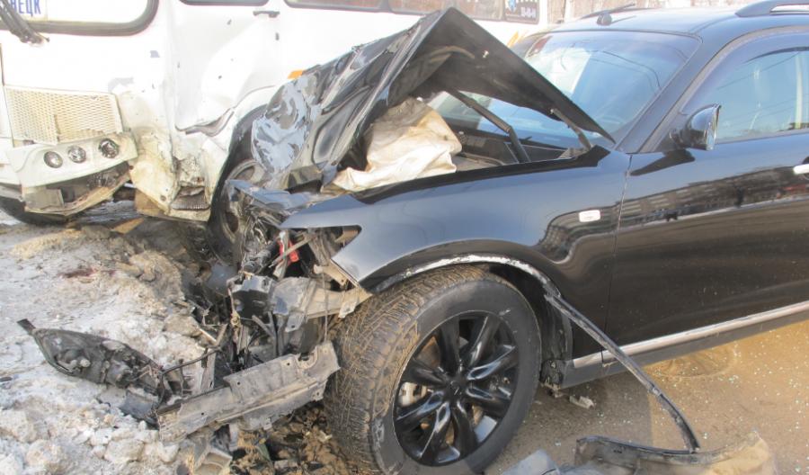 В тройном ДТП с участием Infiniti и маршрутки в Новокузнецке пострадали двое