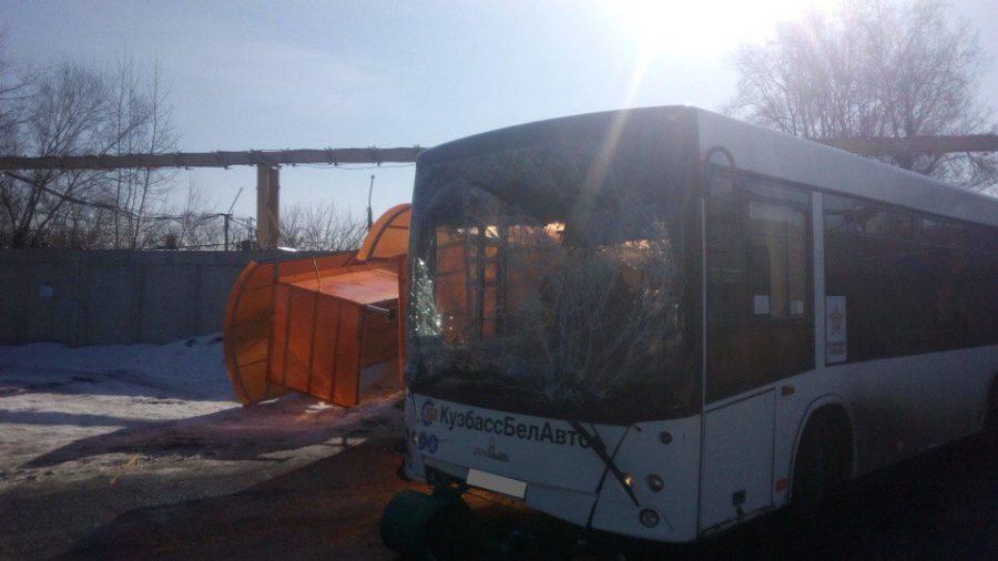 Опубликовано видео момента смертельного ДТП с автобусом, въехавшим в остановку в Новокузнецке