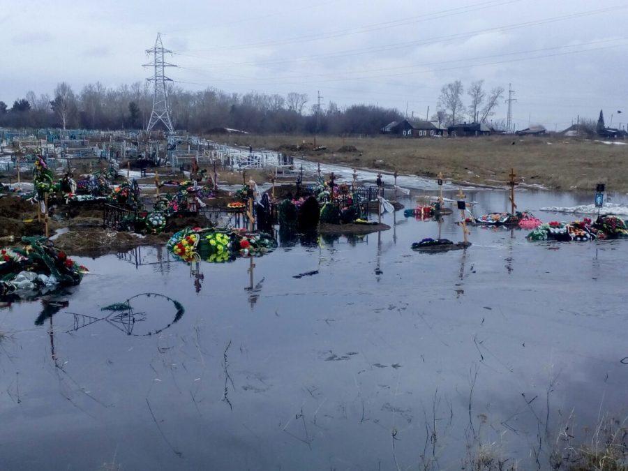 Соцсети: в Белове талыми водами затопило кладбище