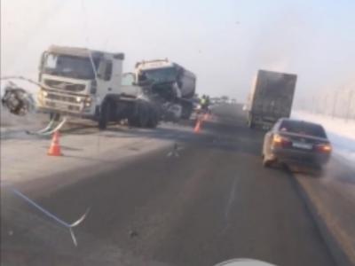 На трассе в Кузбассе при столкновении грузовиков погиб один человек, опубликовано видео ДТП