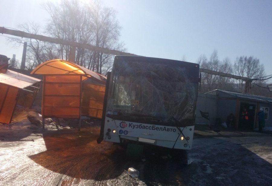 В Новокузнецке возбудили дело после смертельного ДТП с автобусом, въехавшим в остановку