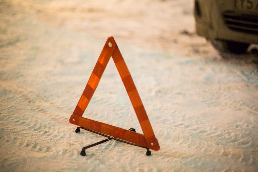 В Беловском районе на трассе Toyota врезалась в дорожное ограждение, пострадали три человека