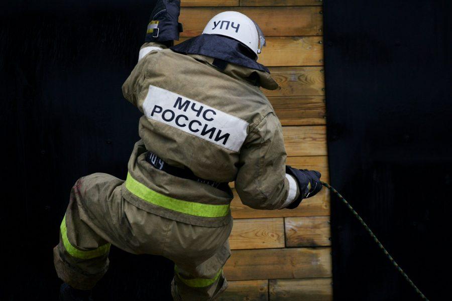 В кузбасском посёлке горел многоквартирный дом, через окно спасли шестерых детей