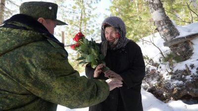 Аман Тулеев передал отшельнице Агафье Лыковой букет роз и платок к 8 Марта