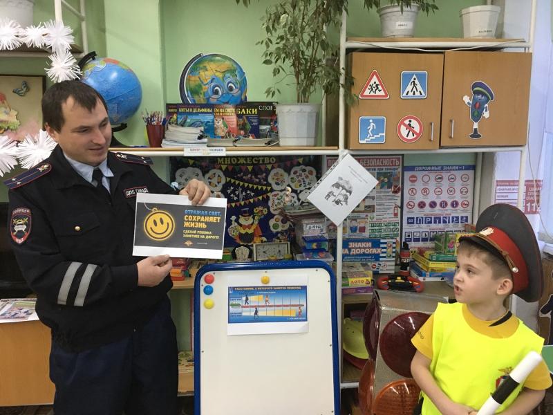 Кузбасские полицейские научили дошкольников делать светоотражатели-цветы