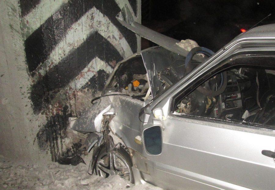 В Анжеро-Судженске ВАЗ врезался в опору моста, водитель пострадал (+фото)