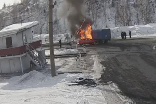 Опубликовано видео момента ДТП, в результате которого в Кузбассе сгорели два авто