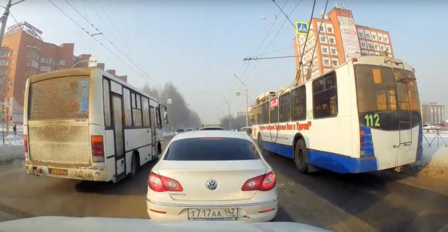 В Кемерове водителя маршрутки оштрафовали на крупную сумму за выезд на «встречку»