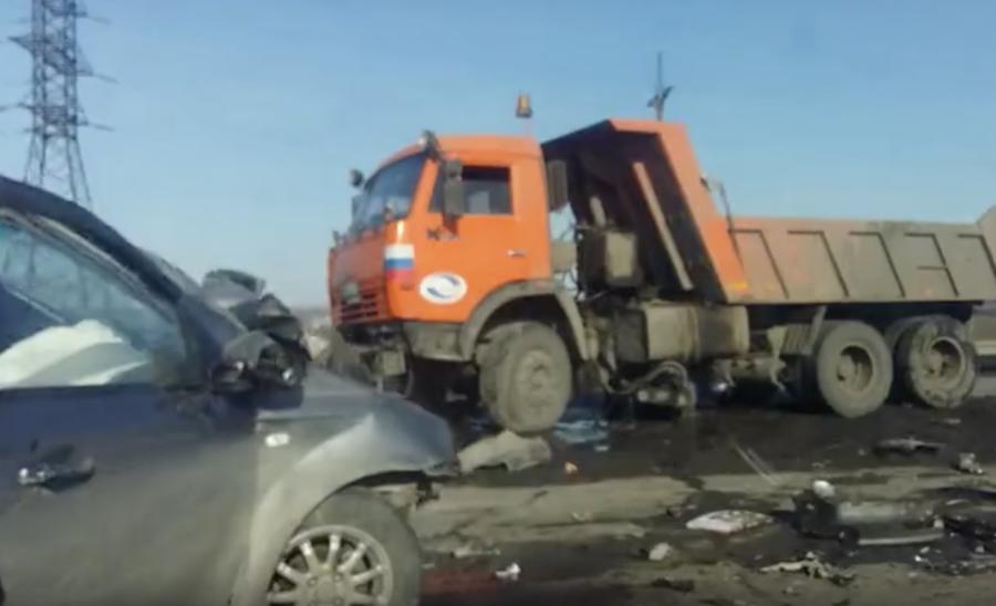В Кузбассе на трассе при столкновении КамАЗа и Chevrolet один человек погиб, двое пострадали