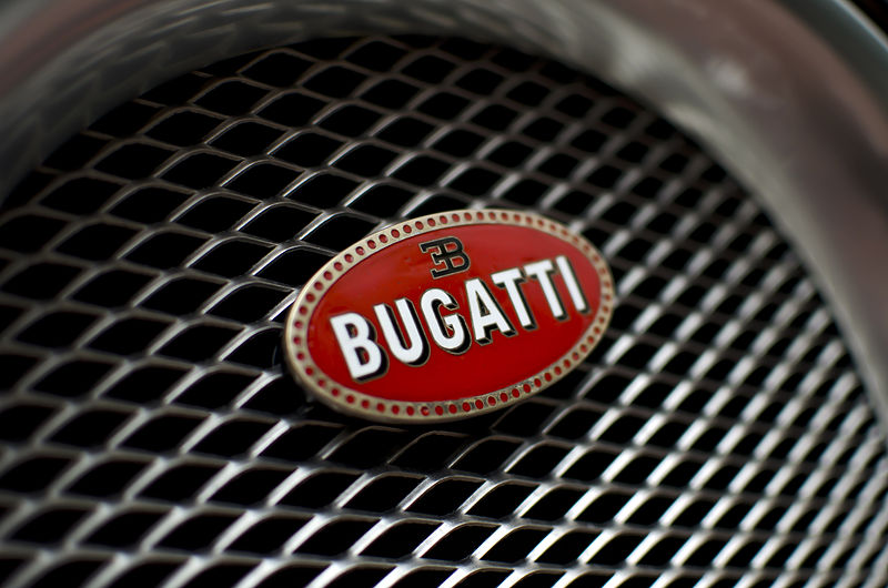 В Сети появился тизер новой версии гиперкара Bugatti Chiron