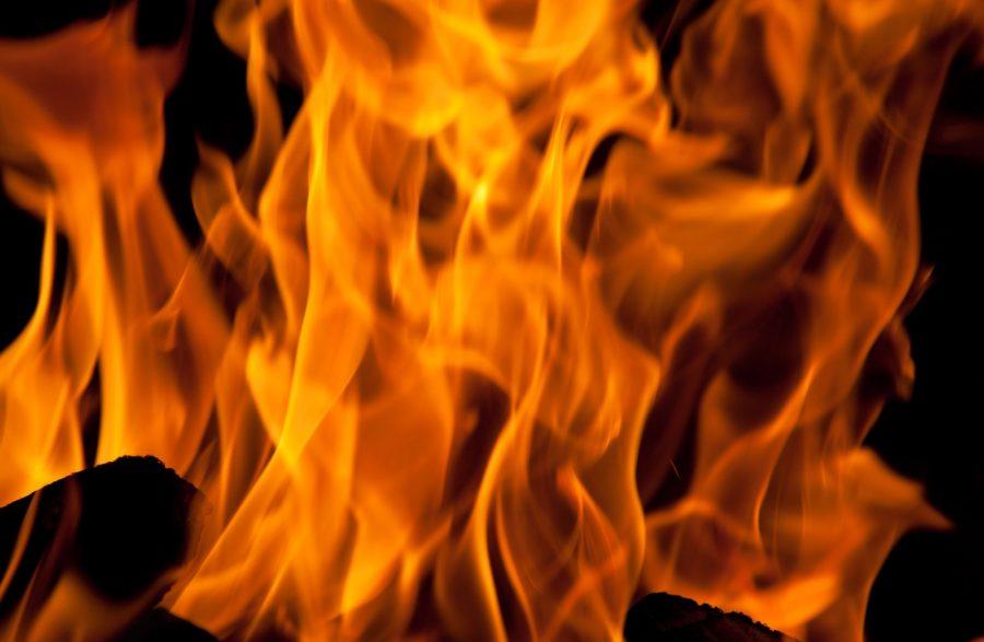 Ночью в Кузбассе горели три автомобиля и гараж