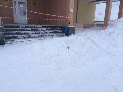 Видео: в Мурманской области годовалая девочка увела мать за секунды до обрушения снега с крыши