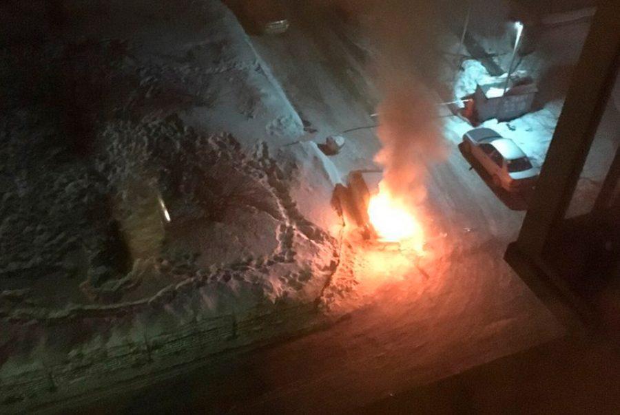 Фото: в Кемерове на Октябрьском из-за поджога горела «легковушка»