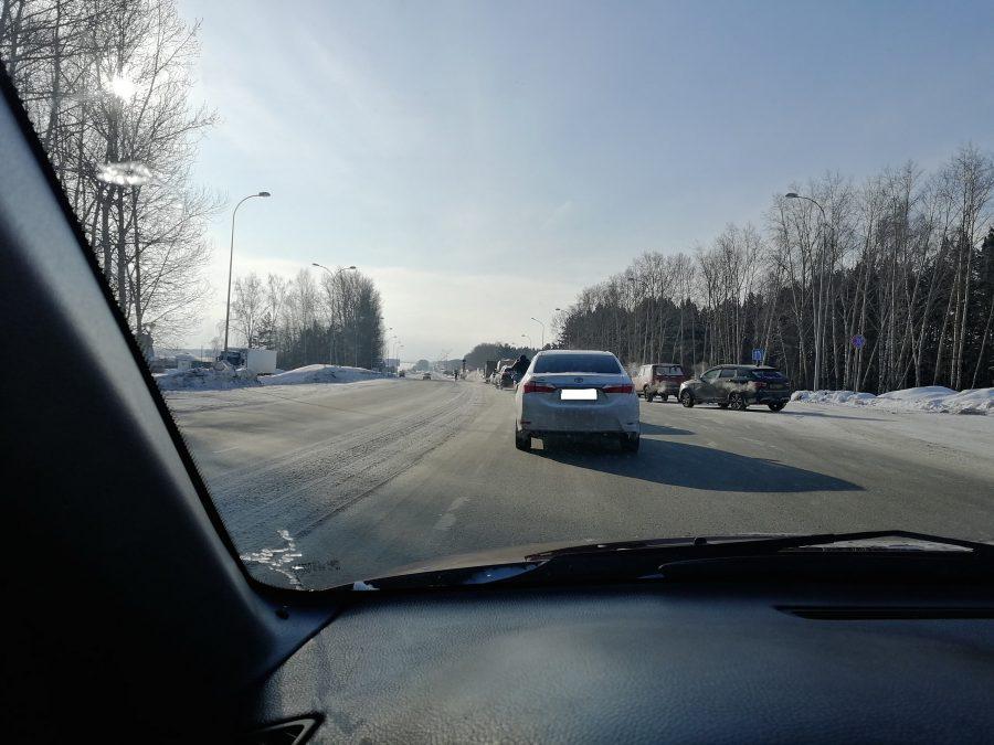 На выезде из Кемерова образовалась пробка из-за съехавшей в кювет фуры