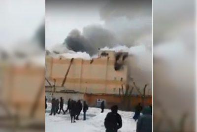 Очевидцы: в Кемерове у горящей «Зимней вишни» обрушилась крыша