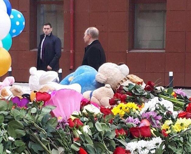 Владимир Путин возложил цветы у ТРК «Зимняя вишня» в Кемерове