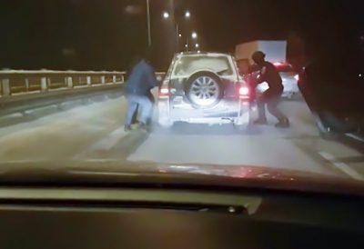 Опубликовано видео задержания на трассе в Кузбассе наркокурьеров, перевозивших «синтетику»