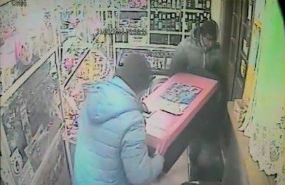 Кузбассовцы похитили из магазина мультикассу, грабёж попал на видео