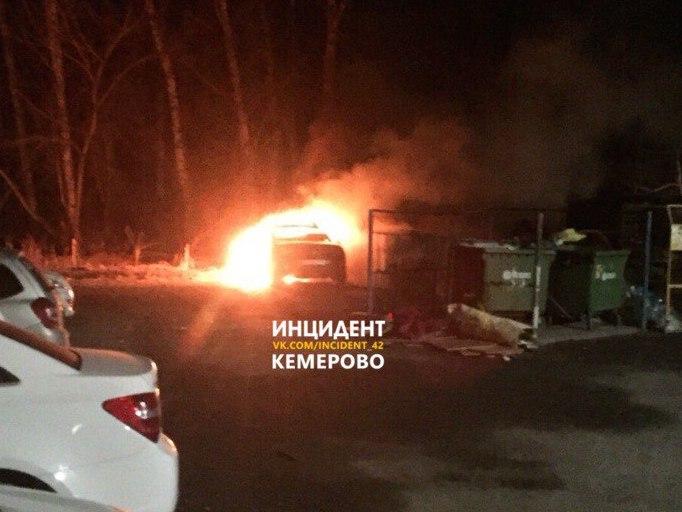 В Кировском районе Кемерова из-за поджога горели два автомобиля