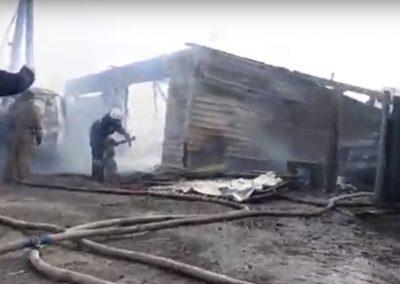 Видео: в Кемерове горел гараж с автомобилем внутри