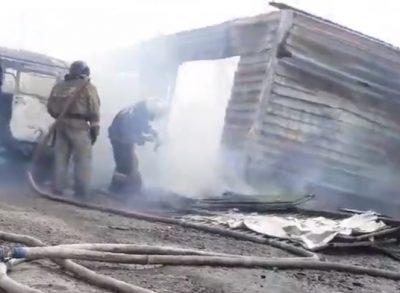 В МЧС рассказали подробности пожара в кемеровском гараже, где полностью обгорели две машины