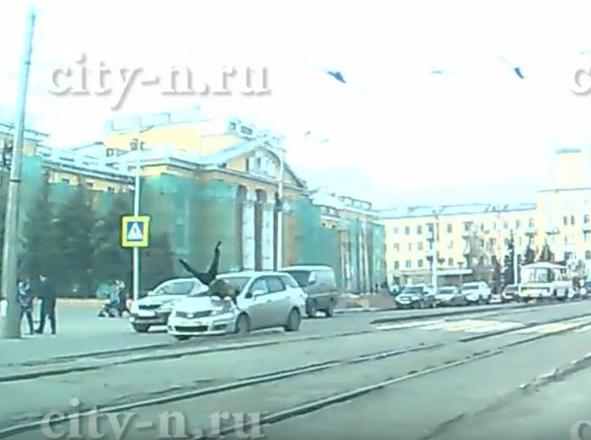 В Новокузнецке водитель Honda сбил подростка на зебре, опубликовано видео момента ДТП