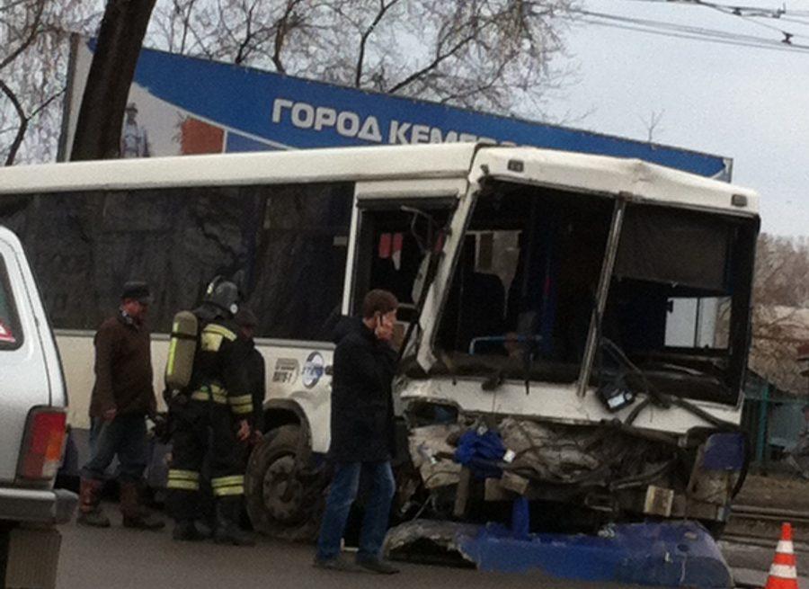 В ГИБДД Кемерова рассказали подробности ДТП с участием автобуса и грузовика на проспекте Шахтёров