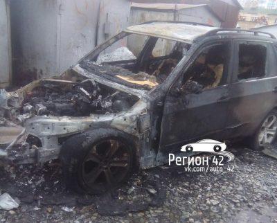 Опубликованы фото сгоревшего BMW X5 на Южном в Кемерове