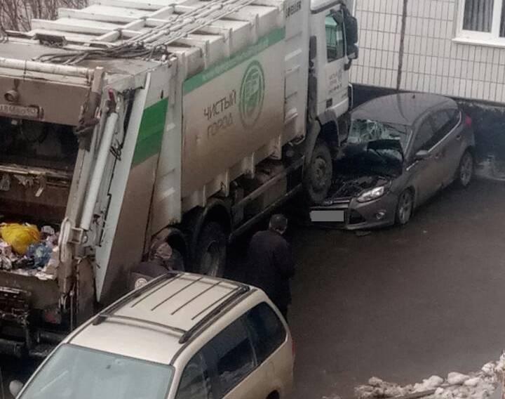 В ГИБДД Кемерова рассказали подробности ДТП с участием мусоровоза и Ford