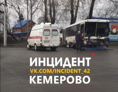 В Кемерове столкнулись автобус и грузовик, опубликованы фото последствий ДТП