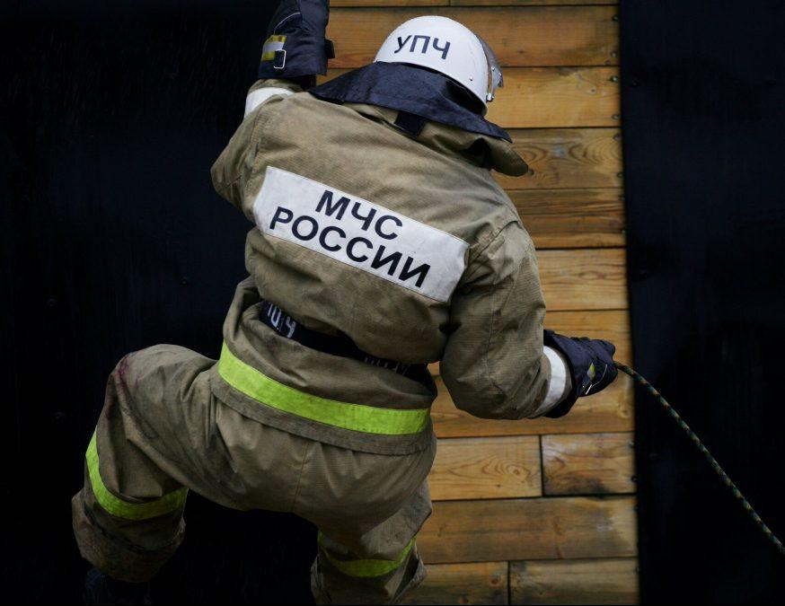 В Кузбассе на трассе загорелась цистерна с битумом