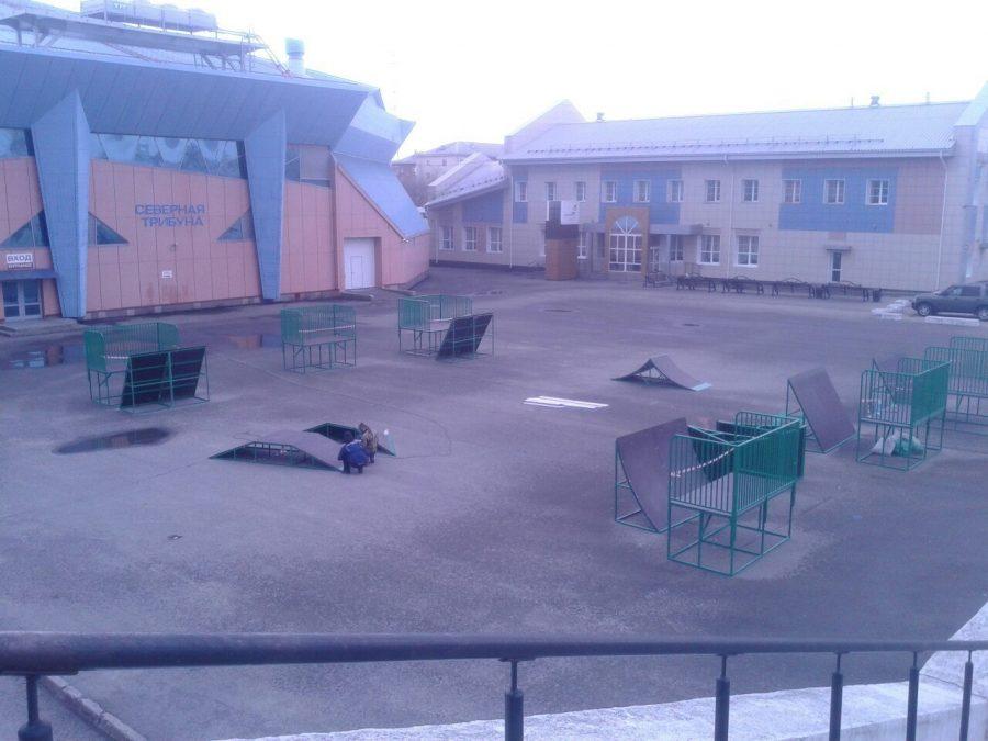 На стадионе «Химик» в Кемерове монтируют скейт-парк