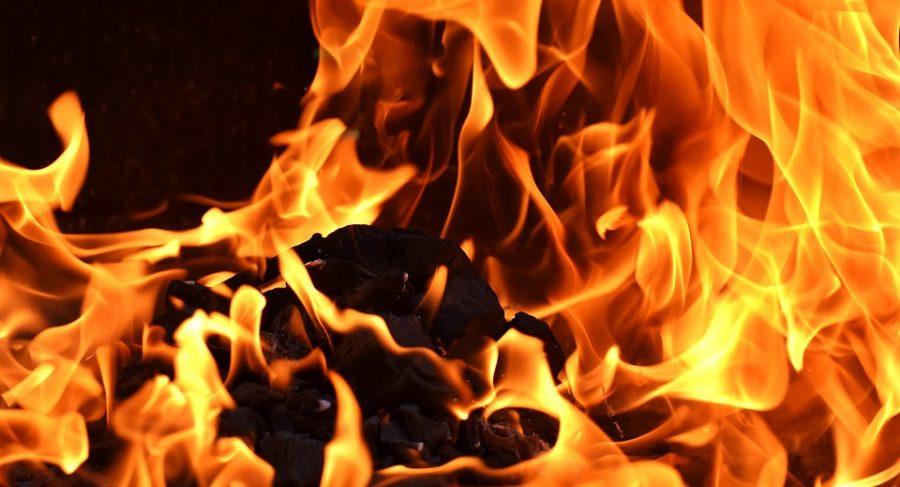В Тайге ночью горели частный дом и автомобиль