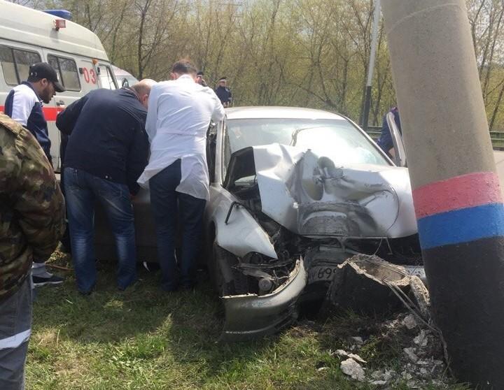 В Прокопьевске водитель Mitsubishi врезался в бетонный столб и попал в больницу