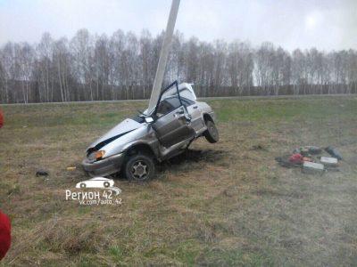 В Кузбассе ВАЗ «обнял» столб, фото последствий ДТП появились в Сети