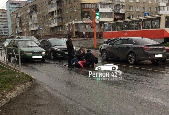 В Кемерове на Южном автомобиль сбил девушку