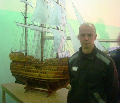 Кузбасские осуждённые создали макет парусного корабля 17 века