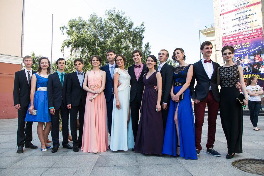 В Кузбассе 1700 выпускников получат матпомощь на покупку одежды к выпускному балу