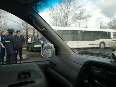 В Кемерове при столкновении автобуса и такси один человек погиб, ещё двое получили травмы