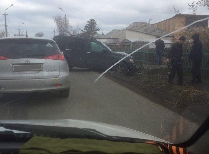 В ГИБДД Кемерова прокомментировали ДТП, в котором Mercedes снёс бетонный столб