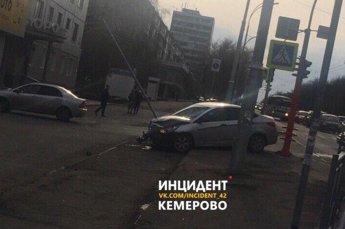 В Кемерове на Ленина автомобиль снёс столб