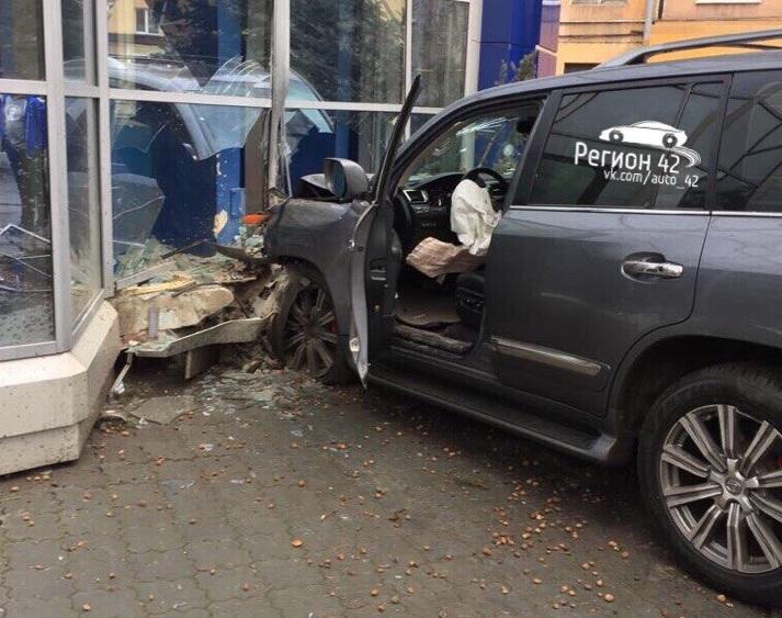В центре Кемерова водитель Lexus снёс пешеходное ограждение и врезался в здание