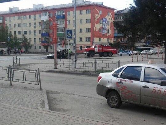 В Белове на дороге сгорел автомобиль, опубликовано видео пожара