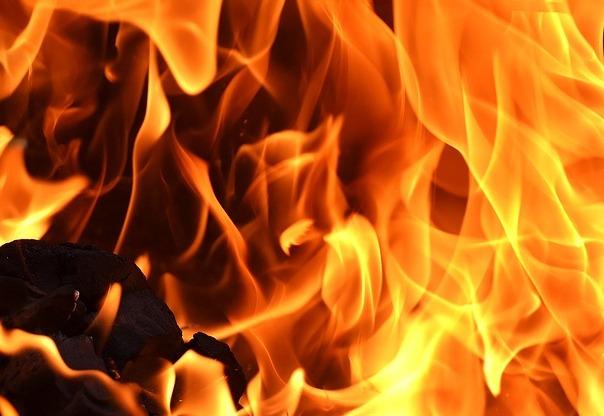 В Кемерове при пожаре в многоквартирном доме спасли 25 человек