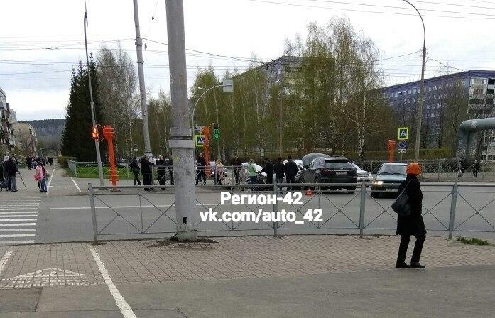 В Кемерове на перекрёстке столкнулись ВАЗ и Lexus, пострадал один человек