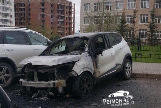 Ночью в Кемерове сгорел автомобиль Renault, опубликованы фото последствий пожара